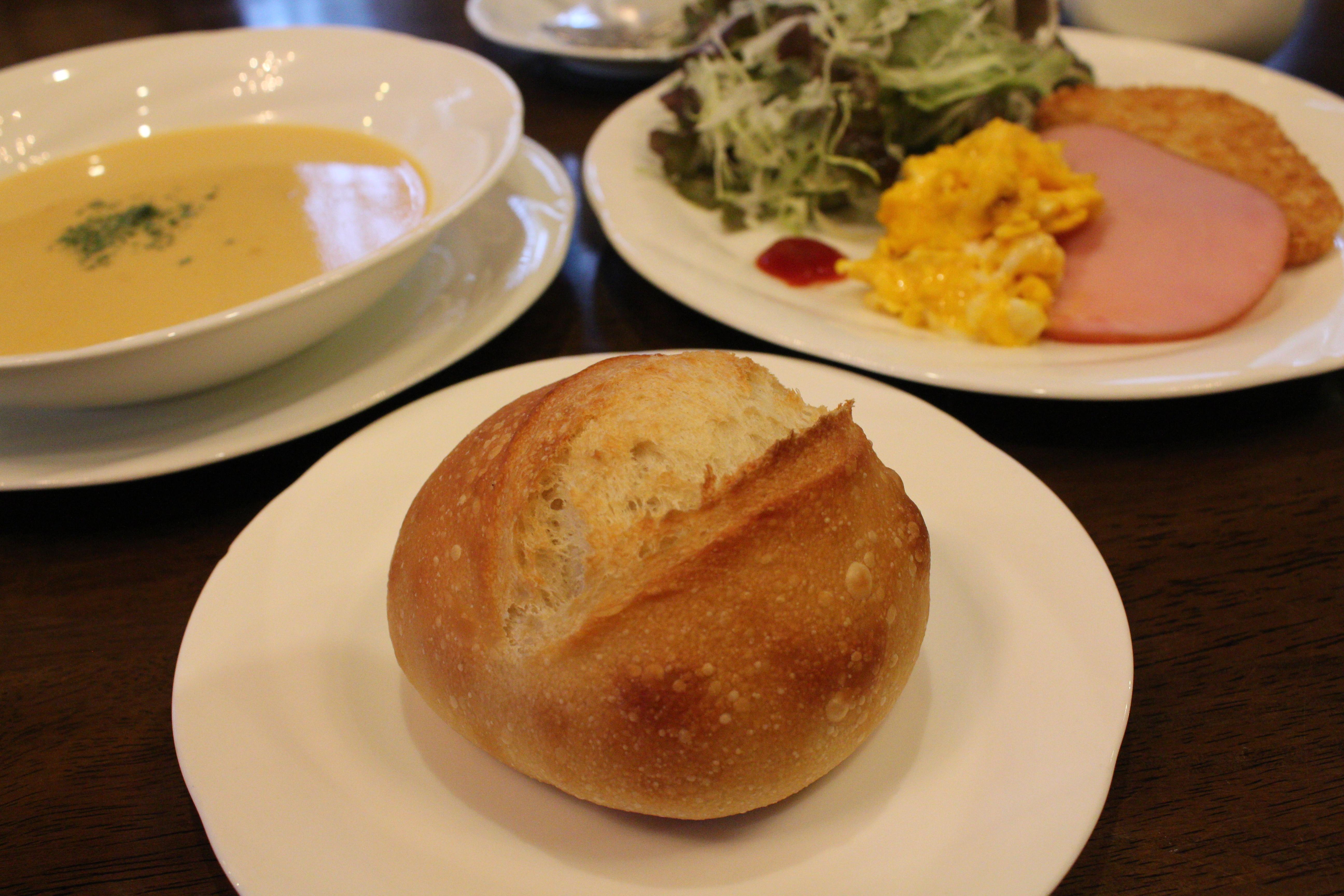 自家製焼きたてフランスパンの朝食
