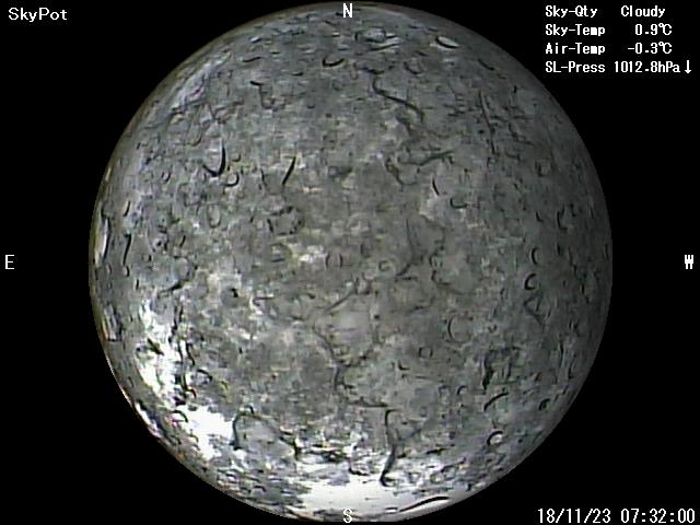 星空ライブカメラに雪が張り付いています