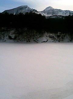 靄のたつ氷結した毘沙門沼