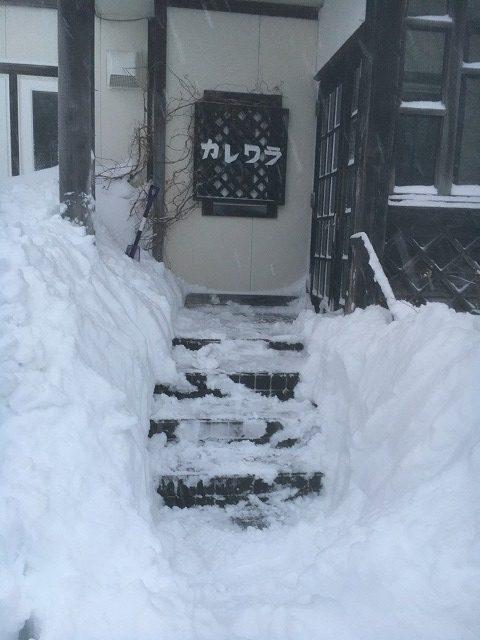 雪のペンションカレワラ玄関