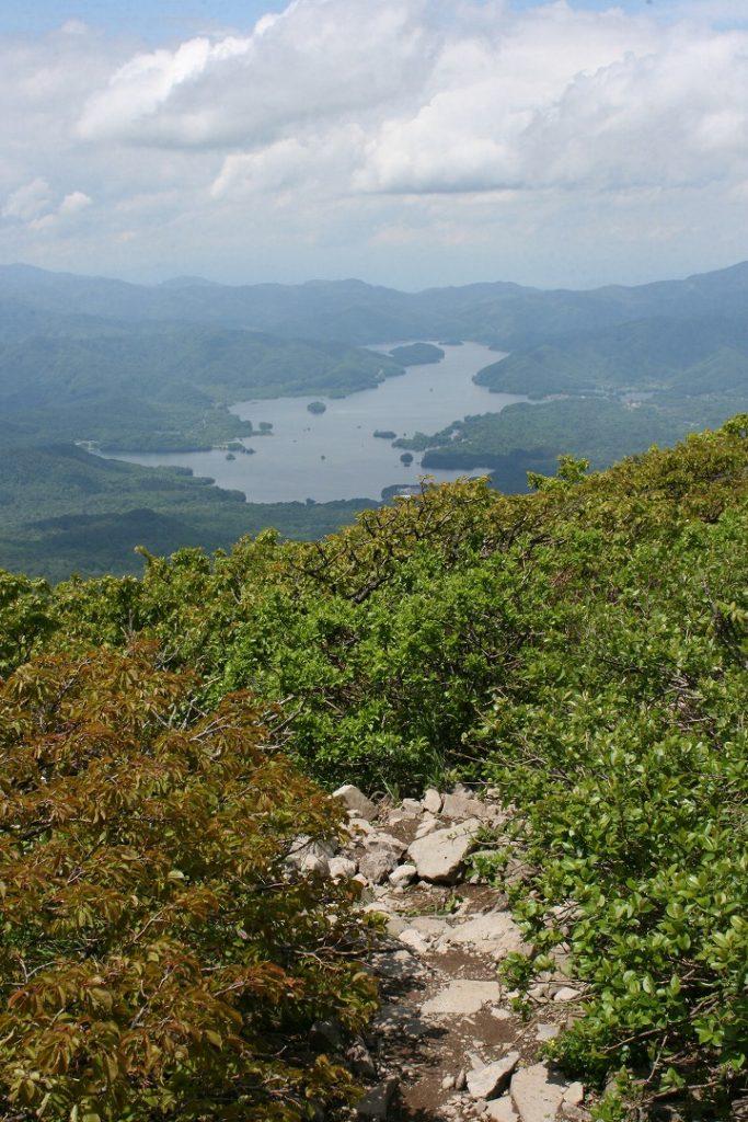 磐梯山山頂からの下山、桧原湖が正面に見えます。