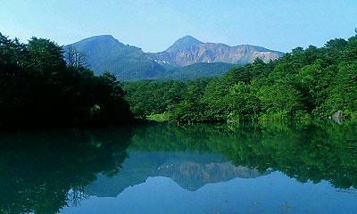 毘沙門沼に磐梯山が写っています