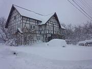 冬のペンションの外観