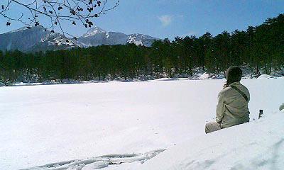 冬の五色沼をスノーシュートレッキングの様子