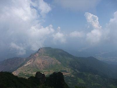 山頂から櫛が峰を見ています