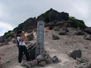 山頂の様子を撮影中