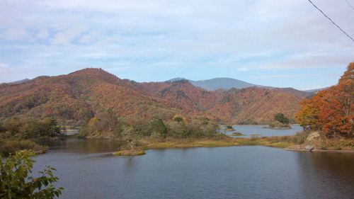 紅葉の秋元湖